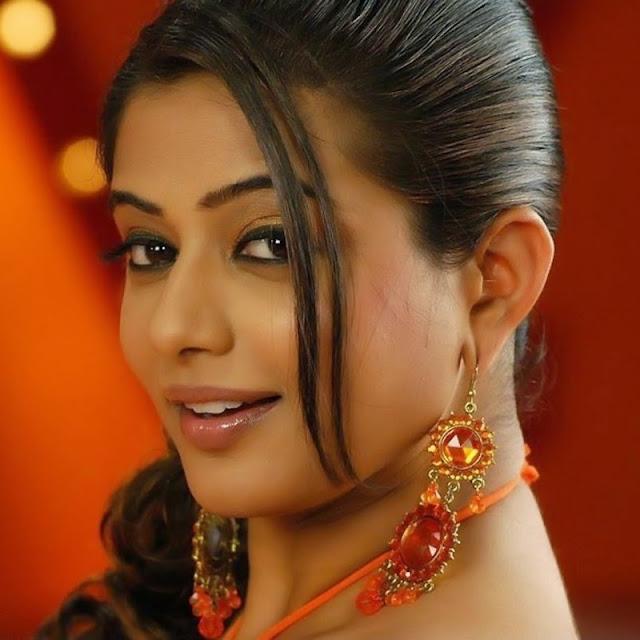 Priyamani Stylish Fashionable Ear Tops