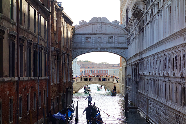 Jak přišel ke svému jménu Slámový most v Benátkách, Ponte dei Sospiri, Ponte delle Paglia, náměstí Svatého Marka, Dóžecí palác, vězení, Slámový most, Kam v Benátkách, Co vidět v Benátkách, gondola, gondolier