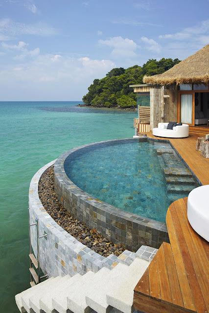Cả hai khu đều có bể bơi với những căn biệt thự 2 phòng ngủ. Giường ngủ và bồn tắm ở biệt thự này hầu như đều có hướng nhìn ra biển giúp du khách có thể thoải mái tận hưởng kỳ nghỉ dưỡng một cách trọn vẹn nhất ngay cả khi ở trong phòng cả ngày.