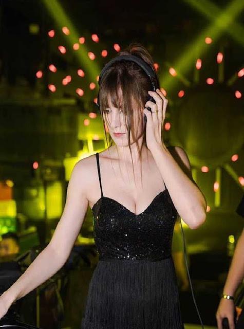 """""""Hot girl DJ"""" mặt xinh như búp bê chụp ảnh với sen, đời thường đẹp hết nấc"""