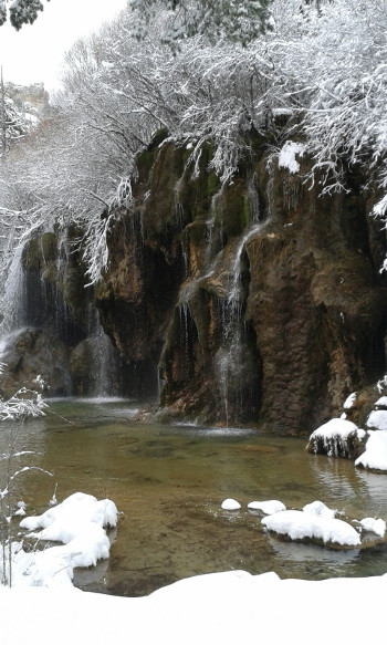 Nacimiento del río Cuervo nevado en la provincia de Cuenca