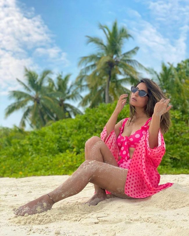 Actress Gallery: Hina Khan Flaunts Her Beauty On The Beach Pictures