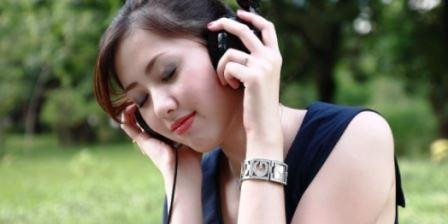 6 Daftar Lagu Yang Enak Di Dengar Dikala Kamu Dilanda Stres