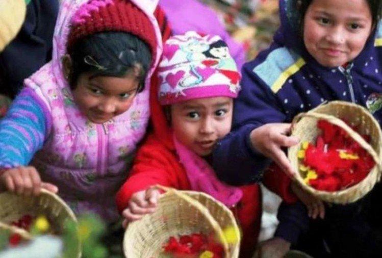 इस तरह टोकरी में फूल लेकर घर-घर पहुंचते हैं बच्चे