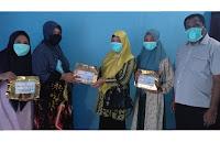 Ny. Arfah Dedy Serahkan Bantuan ISWARA Peduli Tim Medis di Puskemas Tambora