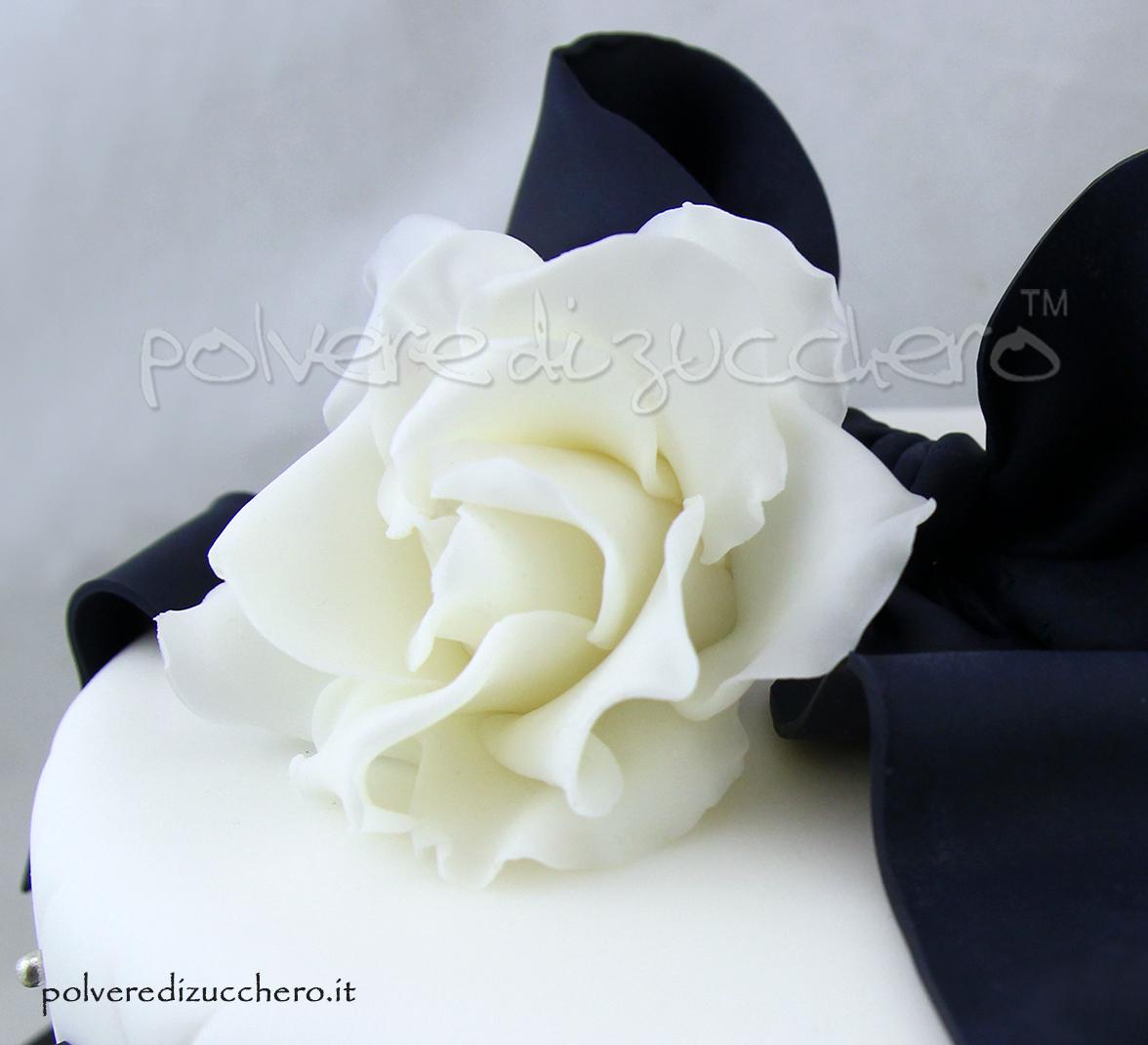 cake design torta chanel polvere di zucchero rose pasta di zucchero fiocco bianco e nero torta elegante