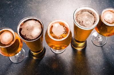 Vasos de cerveza en la mesa, bebida que estuvo prohibida en Islandia de forma total