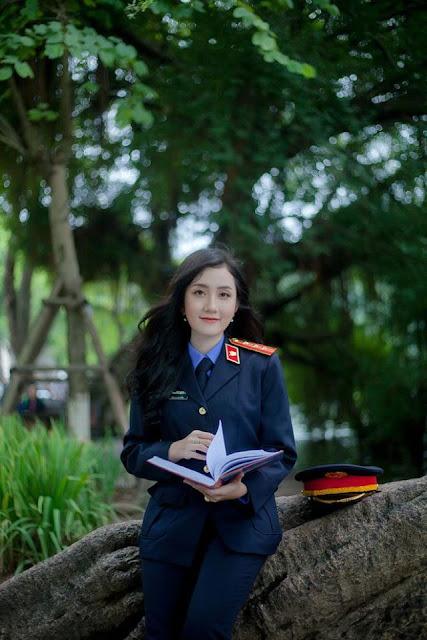 Nữ sinh ĐH Kiểm sát Hà Nội gây thương nhớ với bộ ảnh đồng phục ngành, nhìn phát yêu luôn