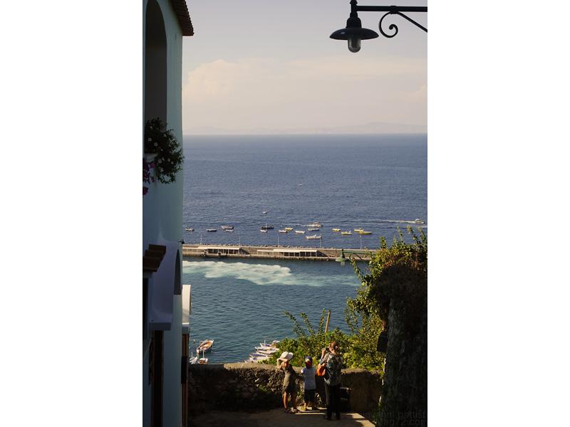 Vicolo di Capri con vista sul mare