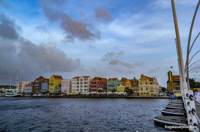 As casinhas coloridas do Handelskade, principal cartão postal de Willemstad, Curaçao