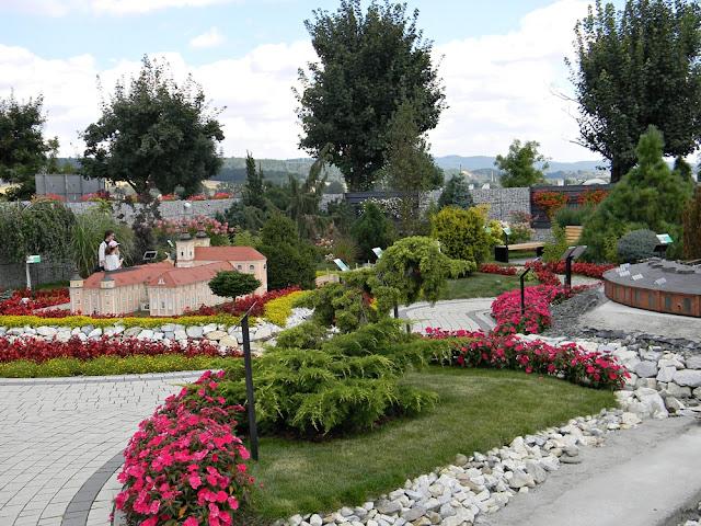 w Kłodzku w Minieurolandzie odbywa się festiwal kwiatów.