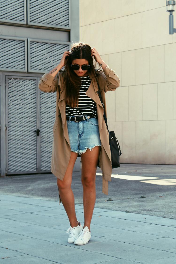 outfit entretiempo trench zapatillas