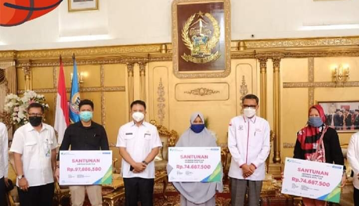 Gubernur Sulsel, Serahkan 1.200 Paket Sembako Bantuan Dari BPJS