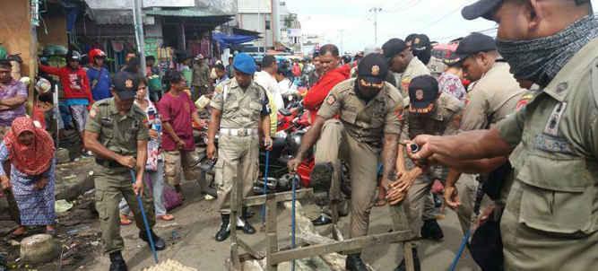 Puluhan lapak dan kios di kawasan pasar Mardika dan Batu Merah kecamatan Sirimau ditertibkan aparat Satuan Polisi Pamong Praja (Satpol PP) Kota Ambon, Kamis (4/4).