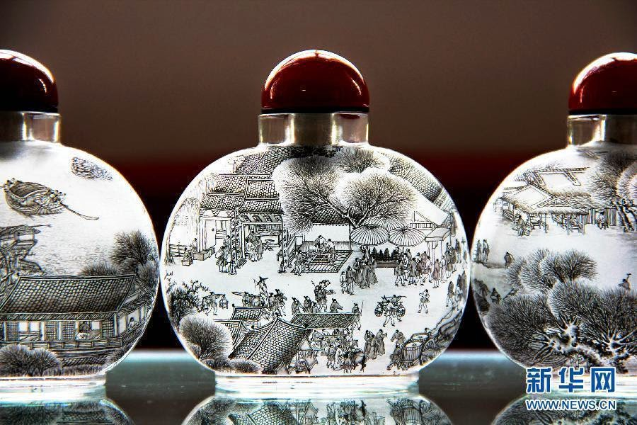 06-Liu Zhengyao-Snuff-Bottles-Painted-from-the-Neck-on-the-Inside-www-designstack-co