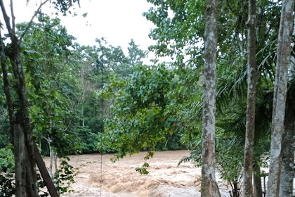 Warga Panik !!!! Debit Air Sungai Makawa Naik