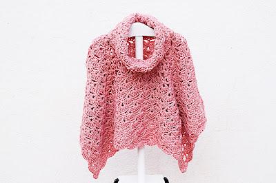 Imagenes del Poncho de abanicos de niña a crochet terminado 3