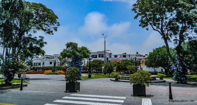 Praça em frente ao Museu Larco, Lima, Peru