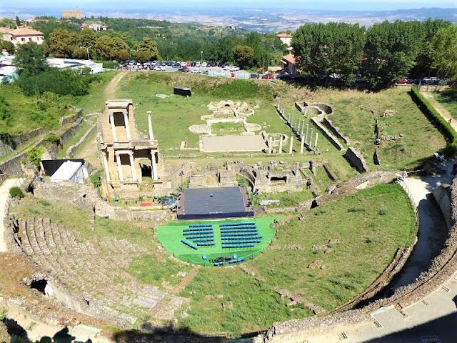 teatro romano di Volterra visto dall'alto
