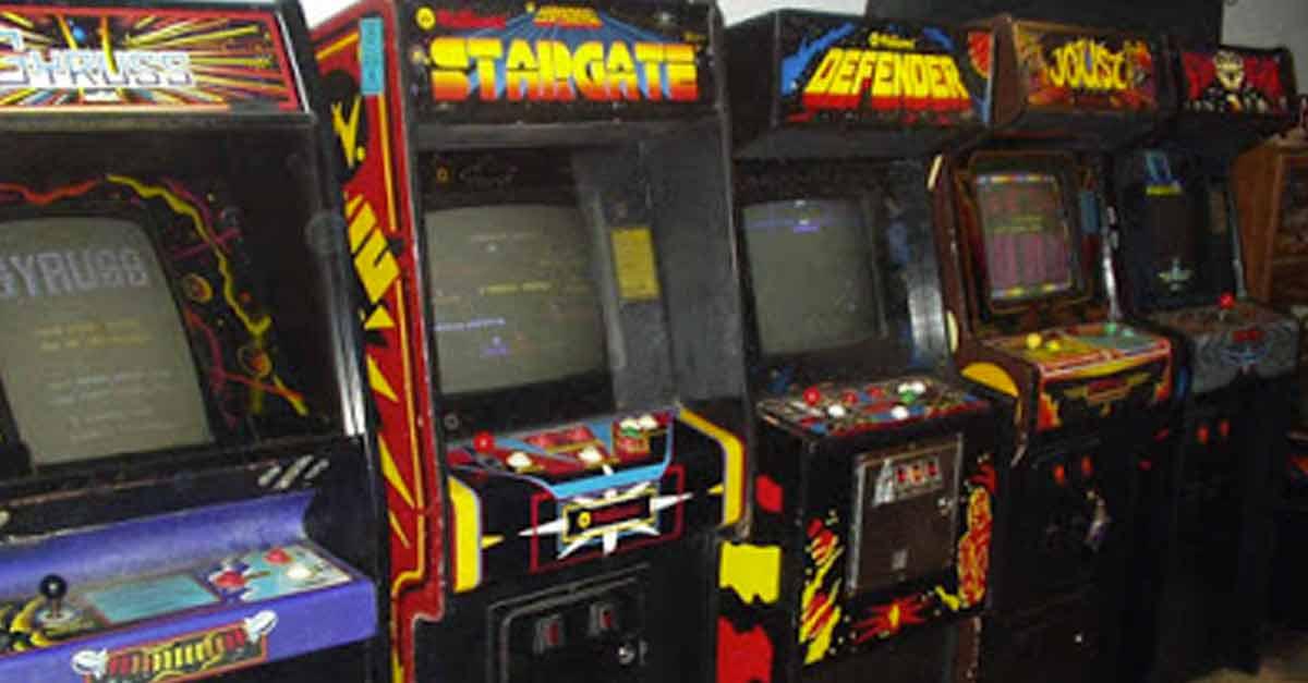 Alcuni cabinati arcade di una sala giochi anni 80