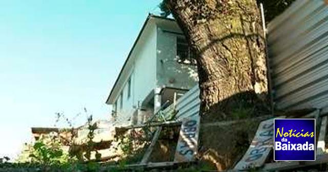 Mães de alunos denunciam abandono de escola tombada como patrimônio histórico na Baixada
