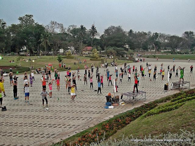 Aeróbica nos boulevards ao longo do rio, em Vientiane