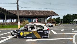 Exposição de carro batido na Candapuí  faz parte das ações educativas na semana nacional do trânsito