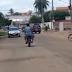 VÍDEO  PM atira para conter homem que surta, e tenta agredir populares com foice e faca no Piauí