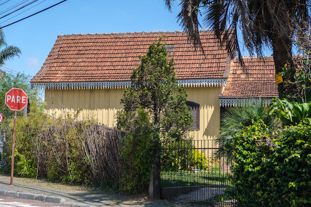 Casa de madeira com lambrequins - vista lateral