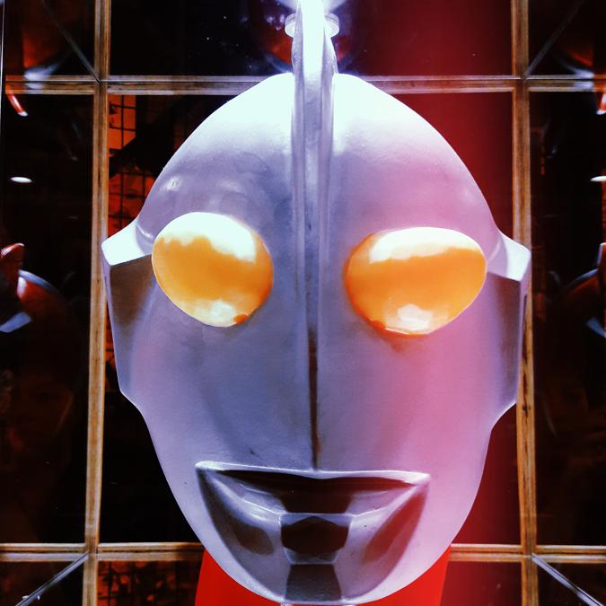 estátua da cabeça do Ultraman - Cho Street Food