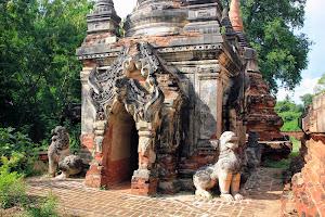 Esculturas chinthes en Ava (Myanmar)