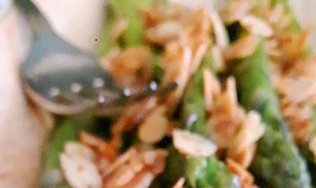 Asparagi con lamelle di mandorle tostate
