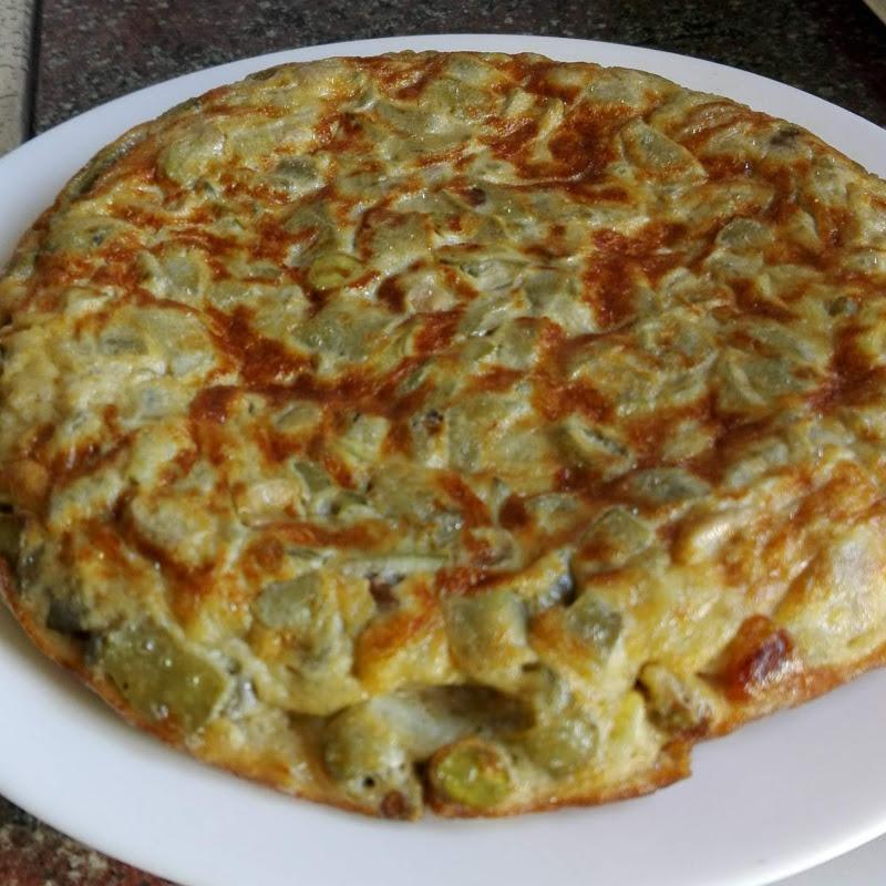 Vista del plato con la tortilla entera de habas tiernas