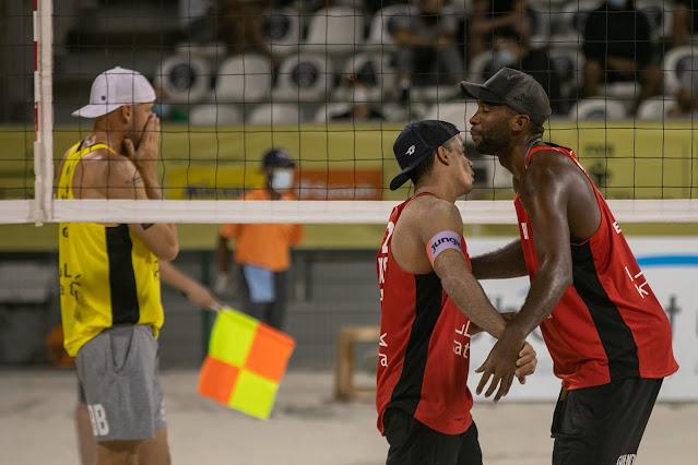 Evandro e Guto comemorando vitória na semifinal do Katara Cup de Vôlei de Praia
