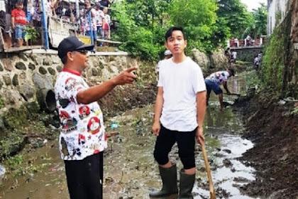 Blusukan di Pasar Sudah, Gibran Giliran Bersihkan Kali di Kelurahan Joglo