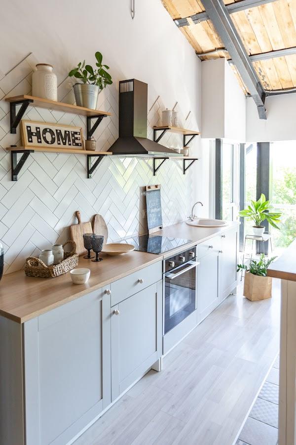 cocina con estanterías con escuadras y mobiliario en gris azulado