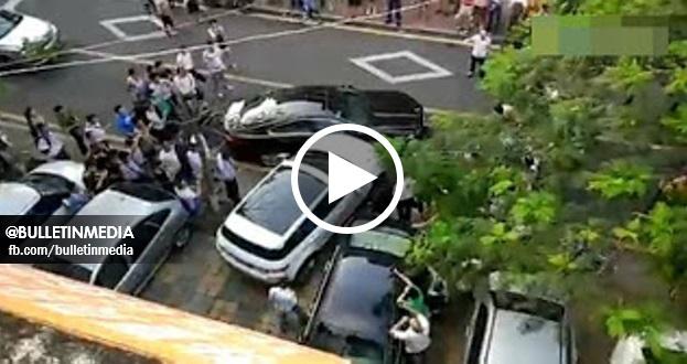 (Video) Orang Ramai Bersorak Tengok Pemandu Range Rover Mengamuk Rempuh Kereta Jaguar