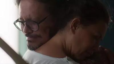Mario (Lucio Mauro Filho) consola Nana (Fabiula Nascimento) e os dois choram juntos — Foto: Globo