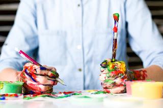 Mâini pictate - foto de Alice Achterhof - unsplash.com