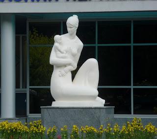Рівне. Вул. Міцкевиа. Перинатальний центр. Скульптура матері і дитини