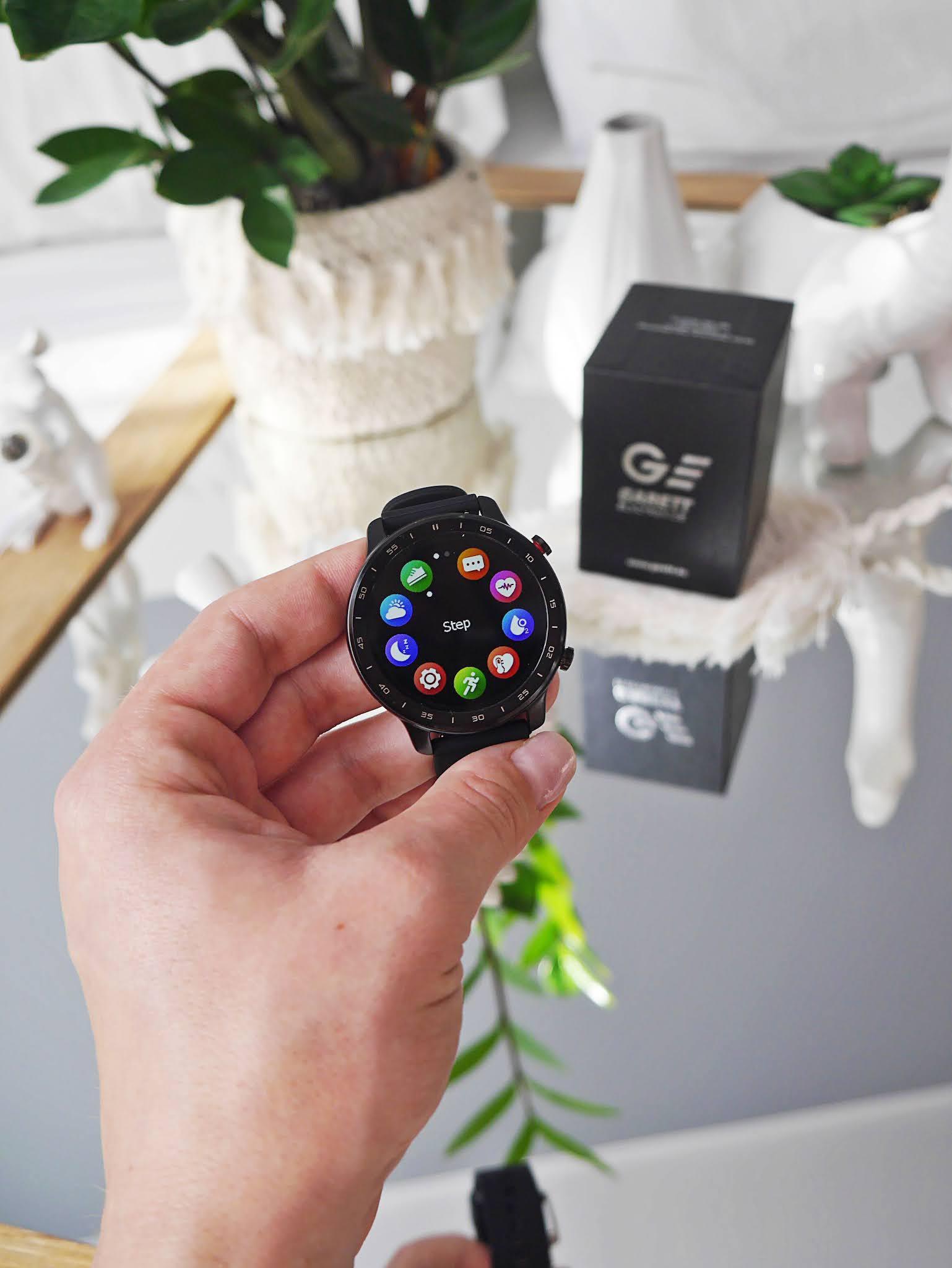 blog modowy blogerka modowa karyn smartwatch garett idealny prezent na dzień chłopaka pomysł 2021 zegarek inteligentny gartett smartwatch sport style czarny gumowy pasek recenzja co kupić na dzień chłopaka zniżka garett