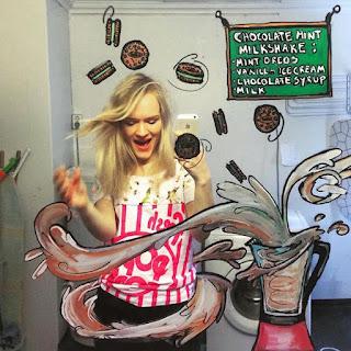 Artista da show de criatividade com divertidas ilustrações no espelho do banheiro