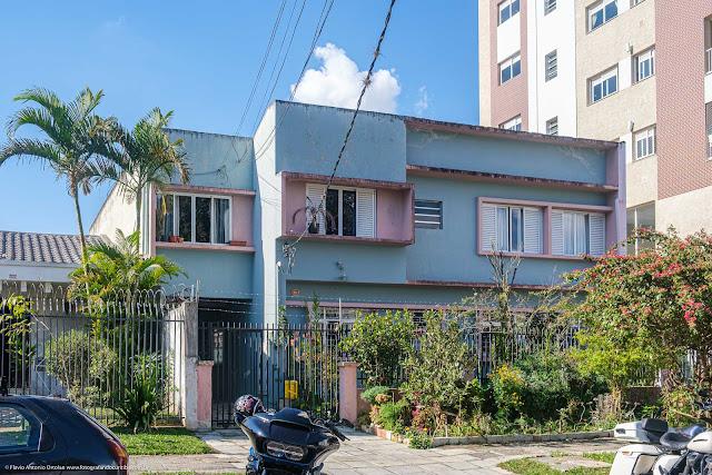 Casa com linhas modernistas na Rua Moysés Marcondes, Curitiba