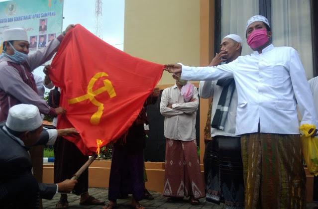 Tolak Kebangkitan PKI, Ratusan Ulama Geruduk Kantor DPRD Sampang, Bakar Bendera Palu Arit