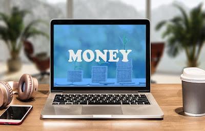 Ordenador con la palabra dinero