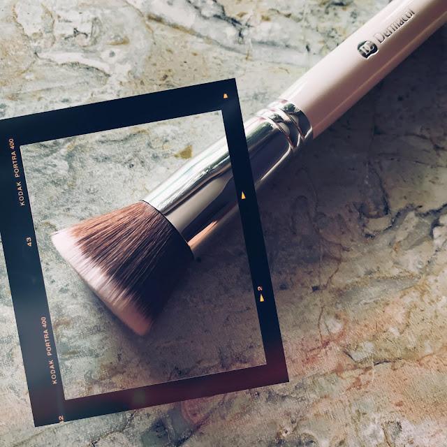 dermacol-brocha-base-de-maquillaje-notino.es.jpg