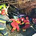 FOTO VIDEO Accident la Râșca! Șofer rămas încarcerat în mașina care a lovit un cap de pod și a căzut în albia unui pârău