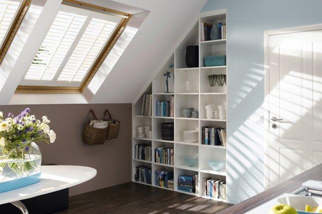 Białe okiennice wewnętrzne na poddaszu