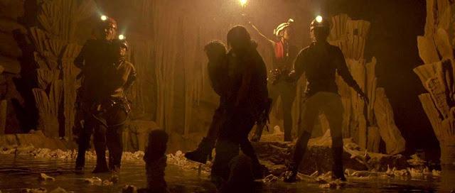 أقوى-10-أفلام-رعب-لن-تستطيع-إنهاءها..-أفضل-أفلام-الرعب-المخيفة-على-الإطلاق-The-Descent-2005