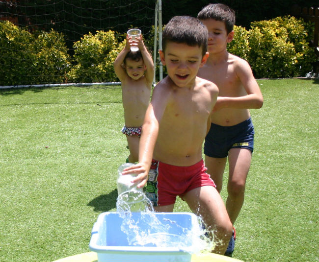 actividades y juegos refrescantes para niños aire libre, agua